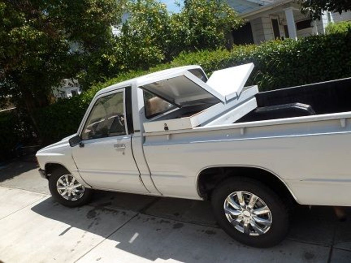 """This is a 1985 Toyota with the imported or """"Japanese""""-style bed. Notice how the rails roll to the outside. Earlier years of this truck only used Japanese beds, but for this year, both Japanese and non-Japanese styles exist."""