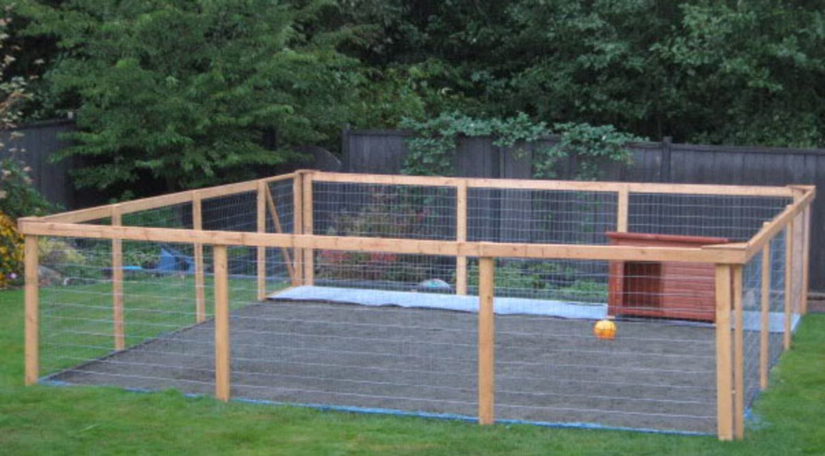 Nice DIY dog run project complete with low maintenance kennel flooring & dog house.