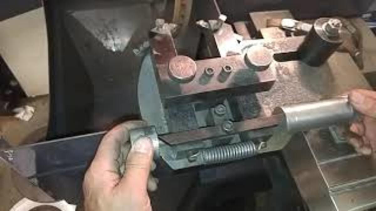 Adjusting the brake lathe cutting blades