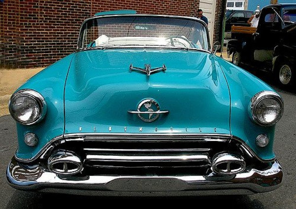 "1950s Oldsmobile 88 Sporting A ""Jet Plane"" Hood Ornament"