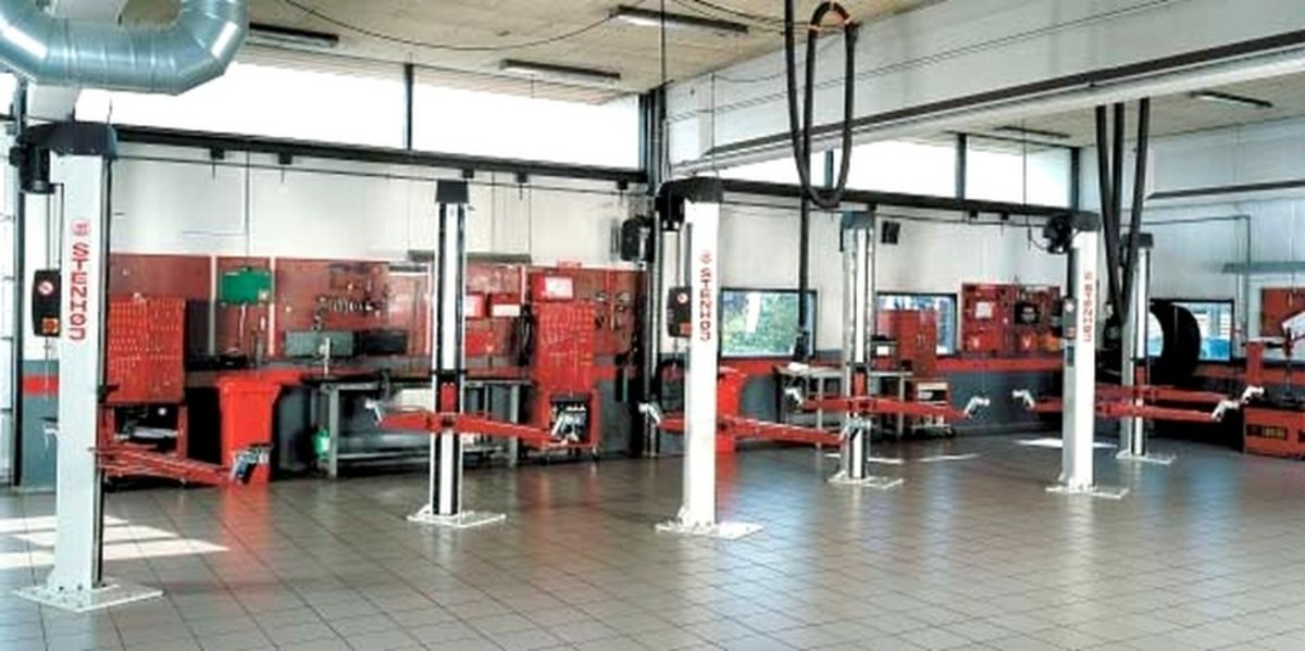 These are high quality hoists on a good floor, and this sort of layout impresses your customer and makes your mechanics happy and safe as well!