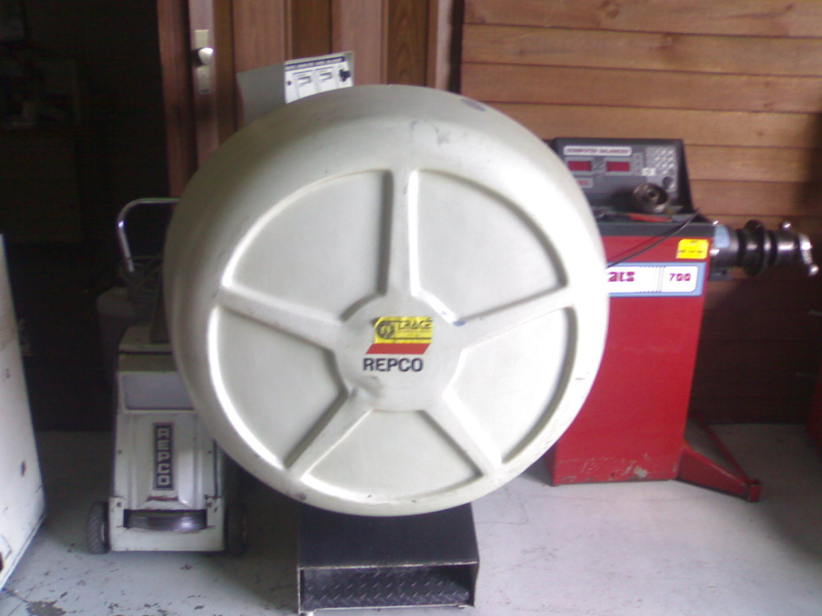 "The famous Repco 472 wheel balancer.  This is one of the worlds best balancers. Although they only balance up to 17"" wheels and are 40 years old these are still a common sight in Australian workshops."