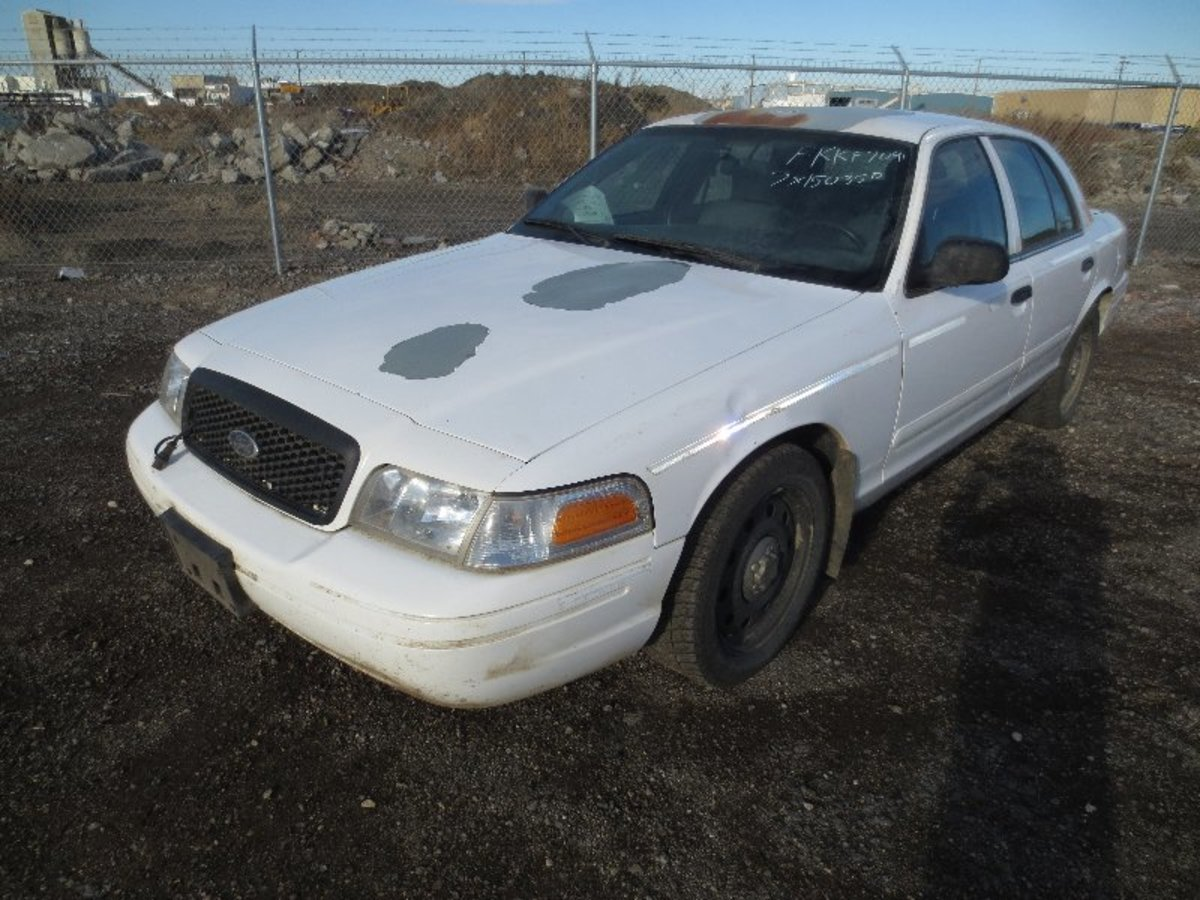 Crown Victoria with peeling paint. This is a very common problem with old Crown Vics particularly the 2000-2011 series.