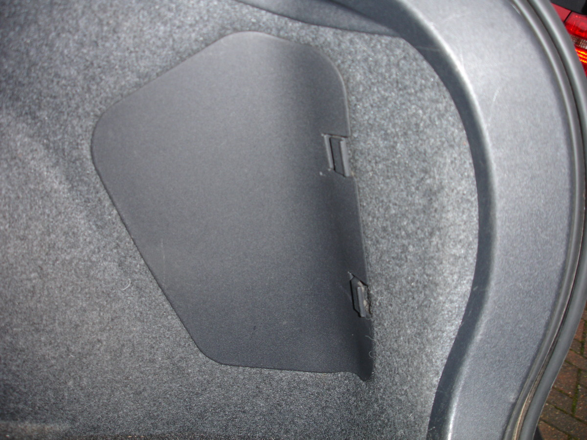 Light compartment cover in rear boot