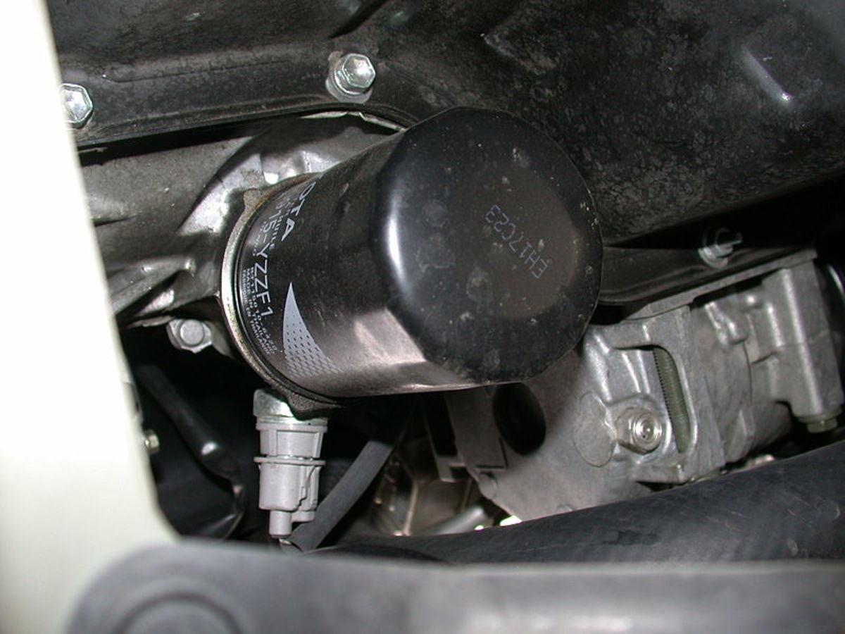 油压开关或发送单元通常位于滤油器的旁边。
