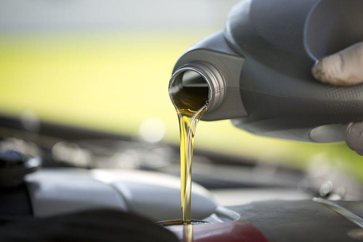 加太多油会破坏润滑系统压力。