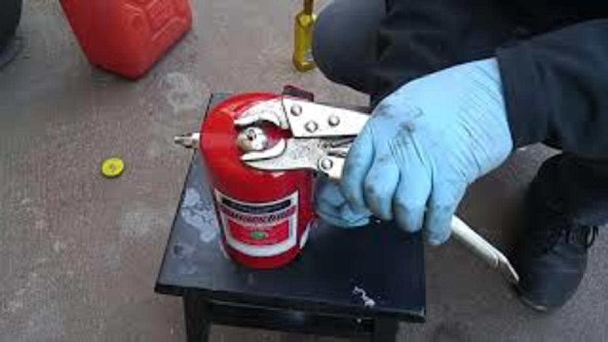 Sealing aerosol container with cleaner before pressurization