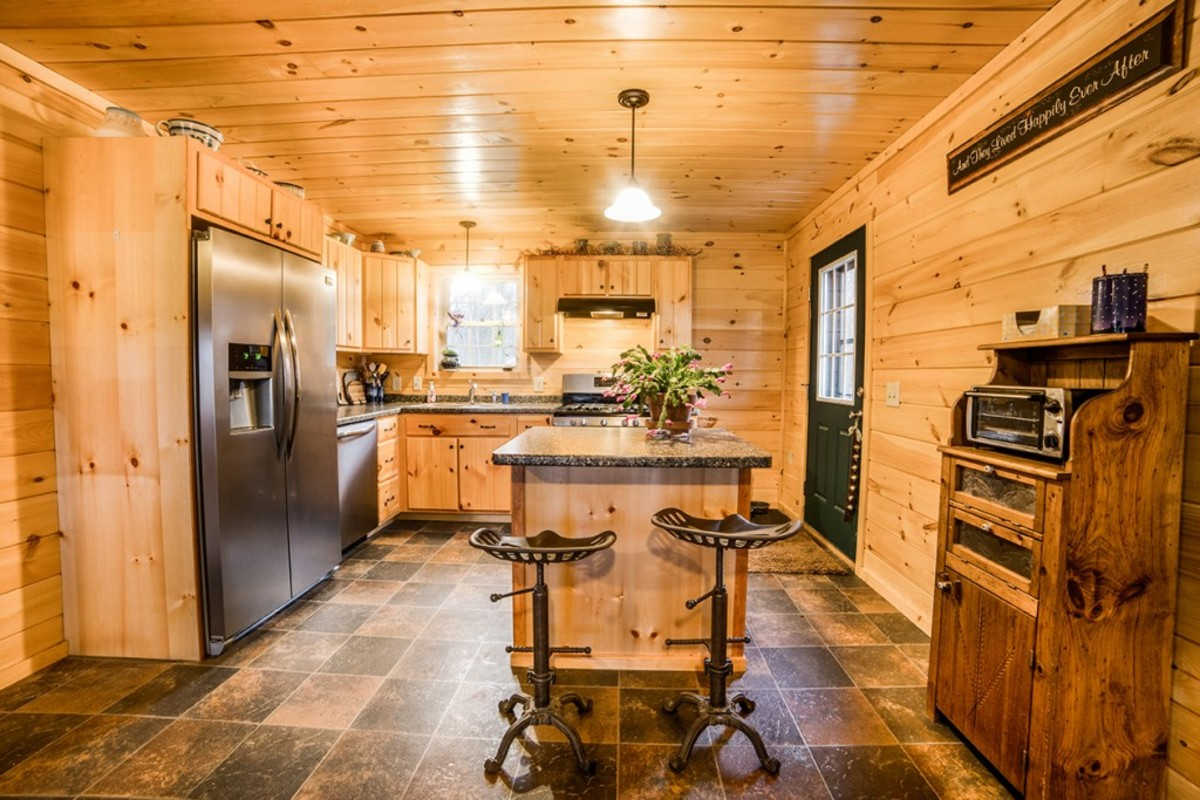 Homestead: generously appointed kitchen with island