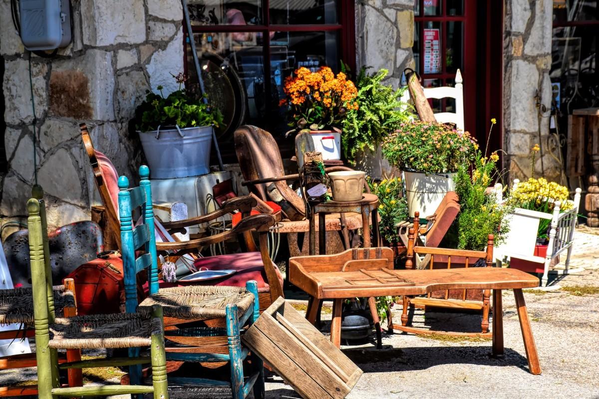 商店外的古董家具