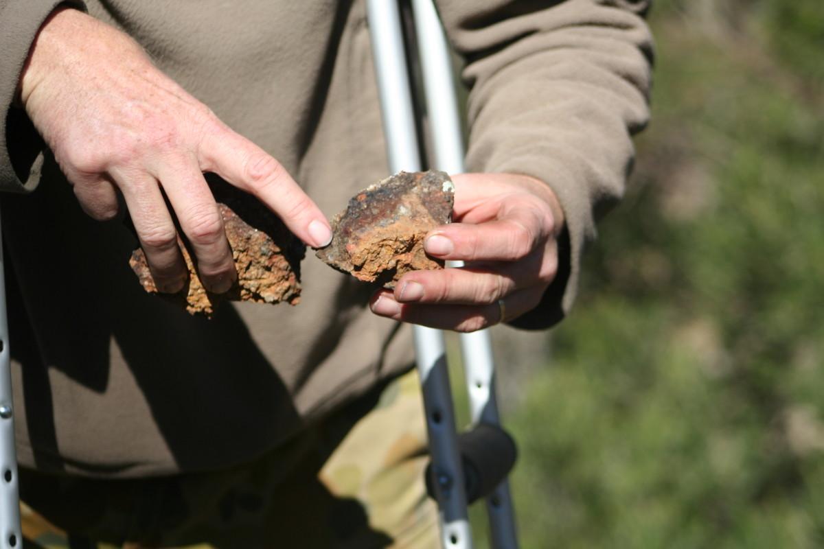 有些人选择花几个小时在河里淘金,希望能找到从山上冲下来的小块金块。我们选择去山上,找到岩石,然后带回家碾碎它们,然后回家淘金。