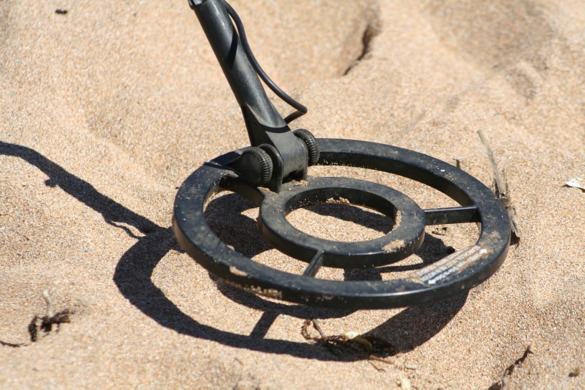 金属探测器的线圈必须贴近地面,并左右移动。这种线圈是防水的,所以它可以浸入河流,甚至海洋边缘。