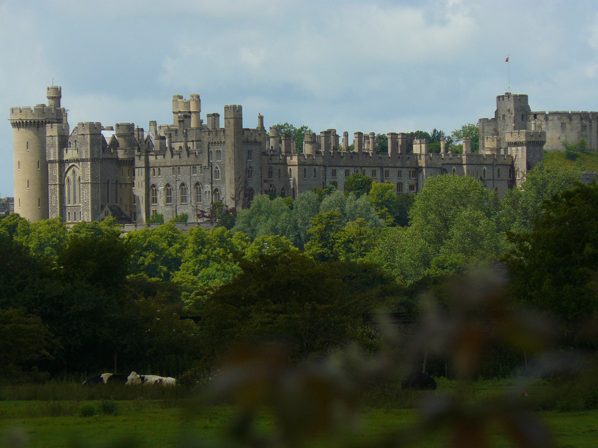 Arundel Castle from Warningcamp. Courtesy of WikiCommons