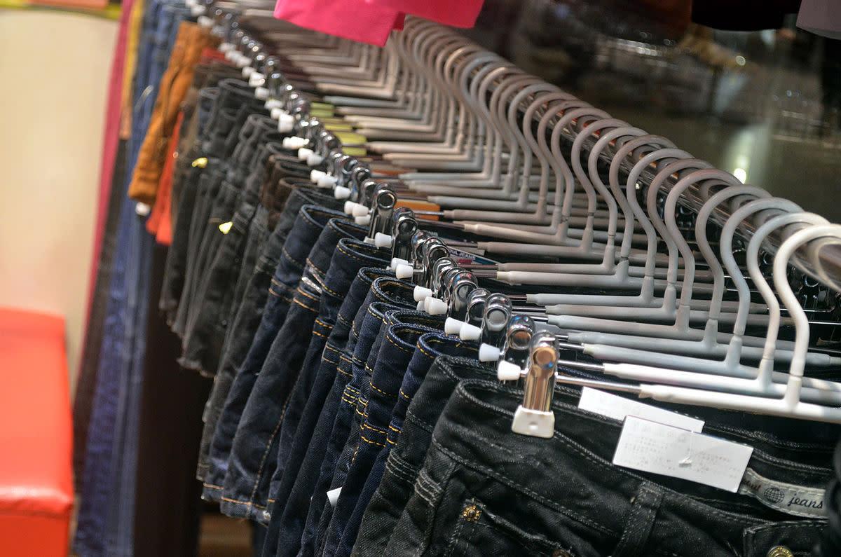 当你去二手店买牛仔裤的时候,你就可以拥有所有你需要的牛仔裤。