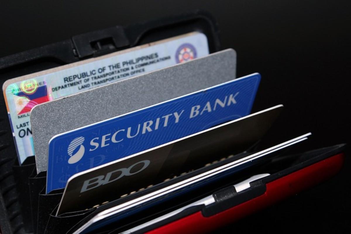 如果使用得当,信用卡可以成为一个有用的工具,但如果使用不当,它们会让你陷入严重的麻烦。在支付食品杂货、汽油、家庭账单、餐厅账单和娱乐费用时,他们很方便。
