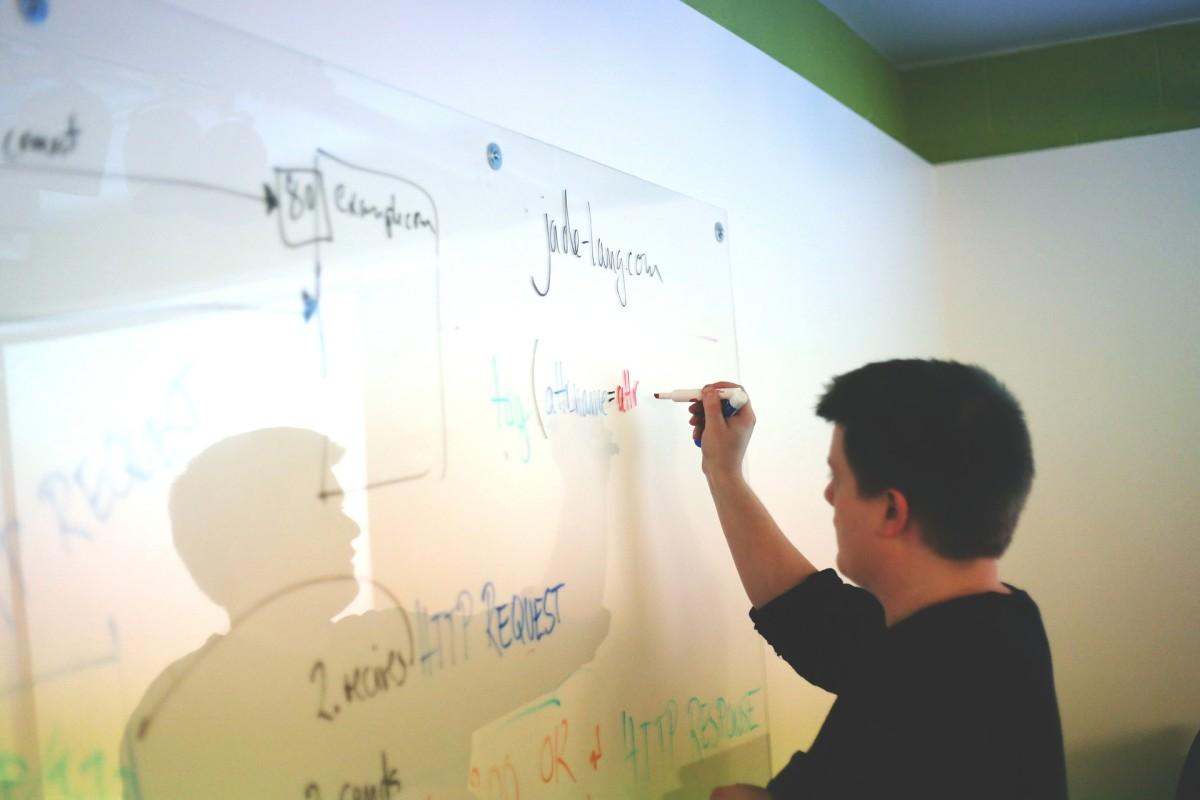 如果使用白板是您演讲的一部分,请确保您花费大部分时间面临您的受众。如果你面对董事会太多,人们将无法听到你的话。
