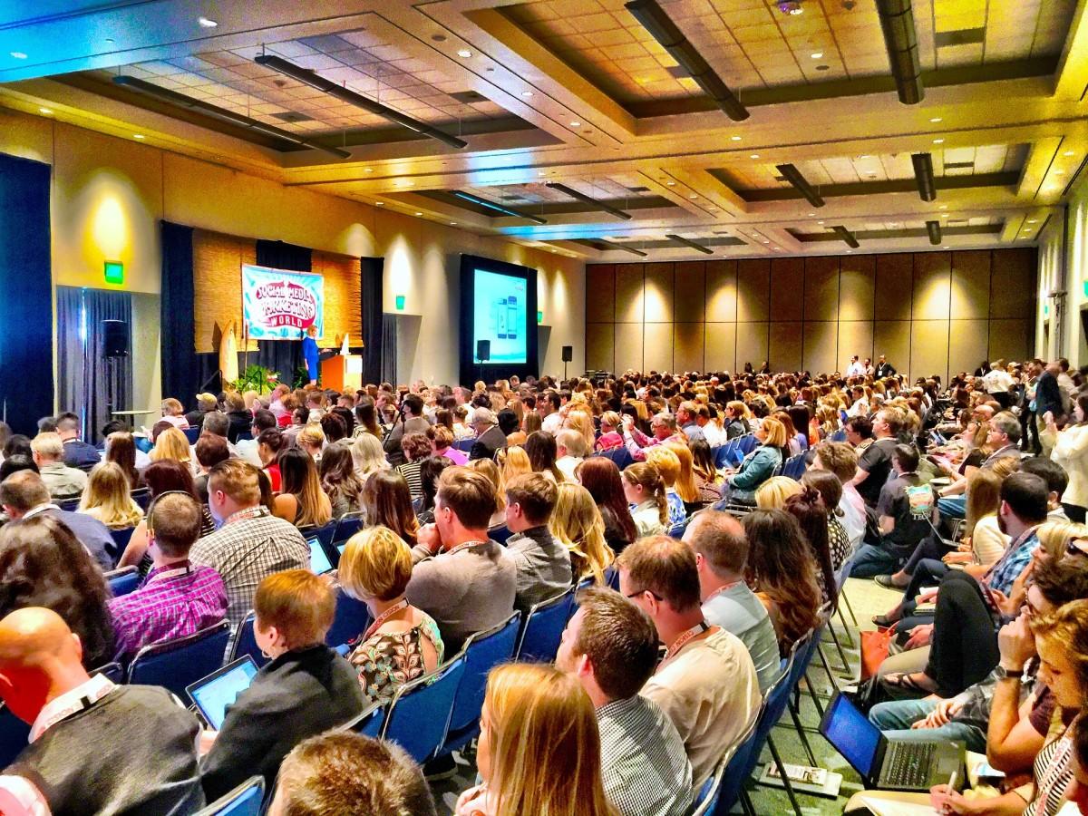 在讲话开始时有点紧张和悬念可以抓住人们的注意力。但不要让你的观众挂得太久。务必在你的演讲中彻底到达这一点,否则你可能会失去每个人的兴趣。
