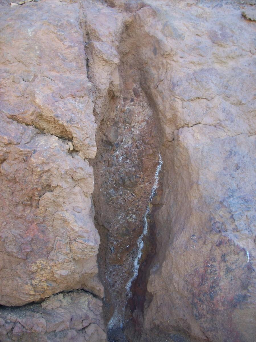岁月的流逝,水会在岩石上刻下沟槽,颜色也会令人惊讶。
