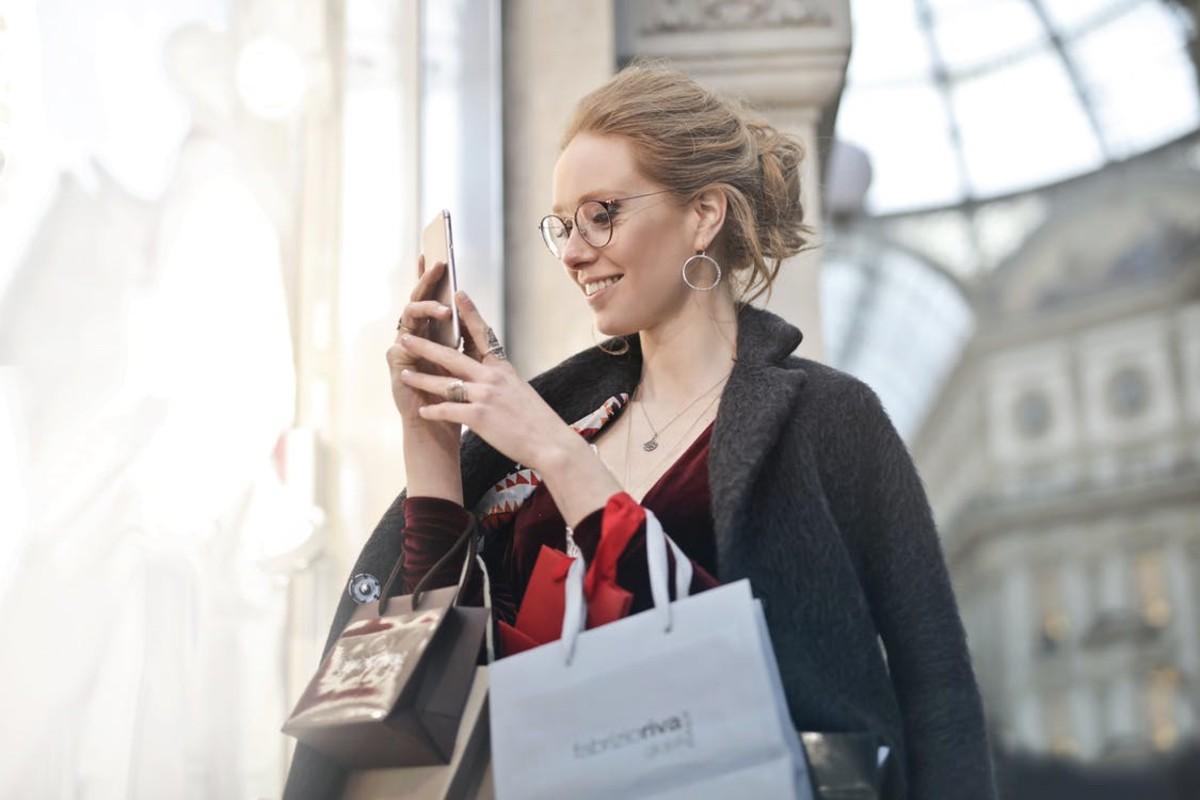 年轻人很容易成为社交媒体营销活动的受害者而注册使用信用卡。