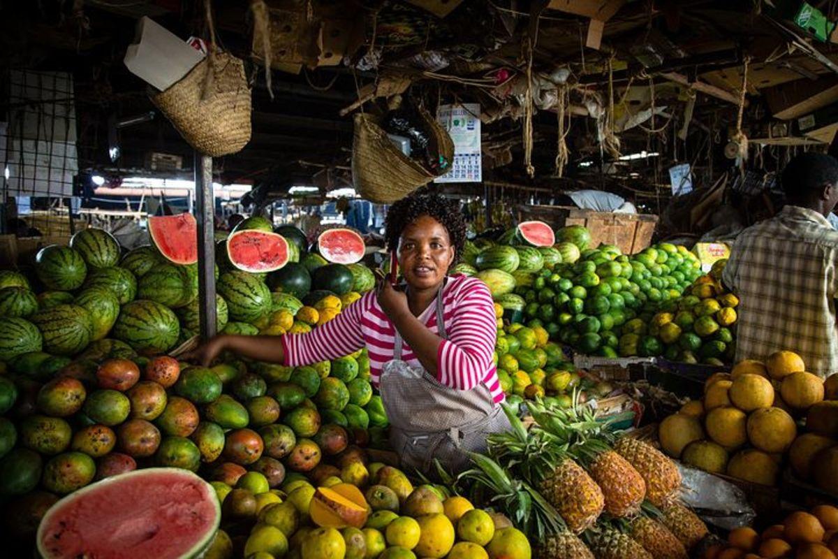卖蔬菜和果子的妇女在肯尼亚市场