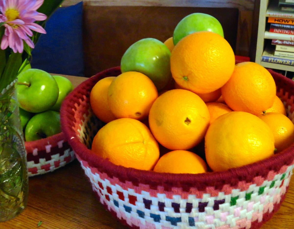 橙子和苹果来自本月的食品分配