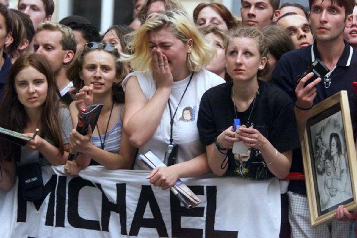 Fans mourn Michael Jackson's death