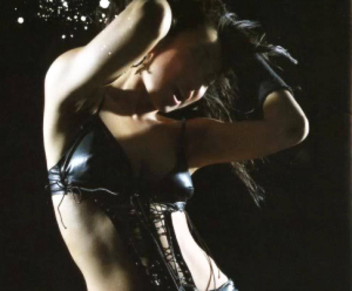 "Kumi promoting her third album ""feel my mind"" and sporting her new ""ero-kakkoii"" image."