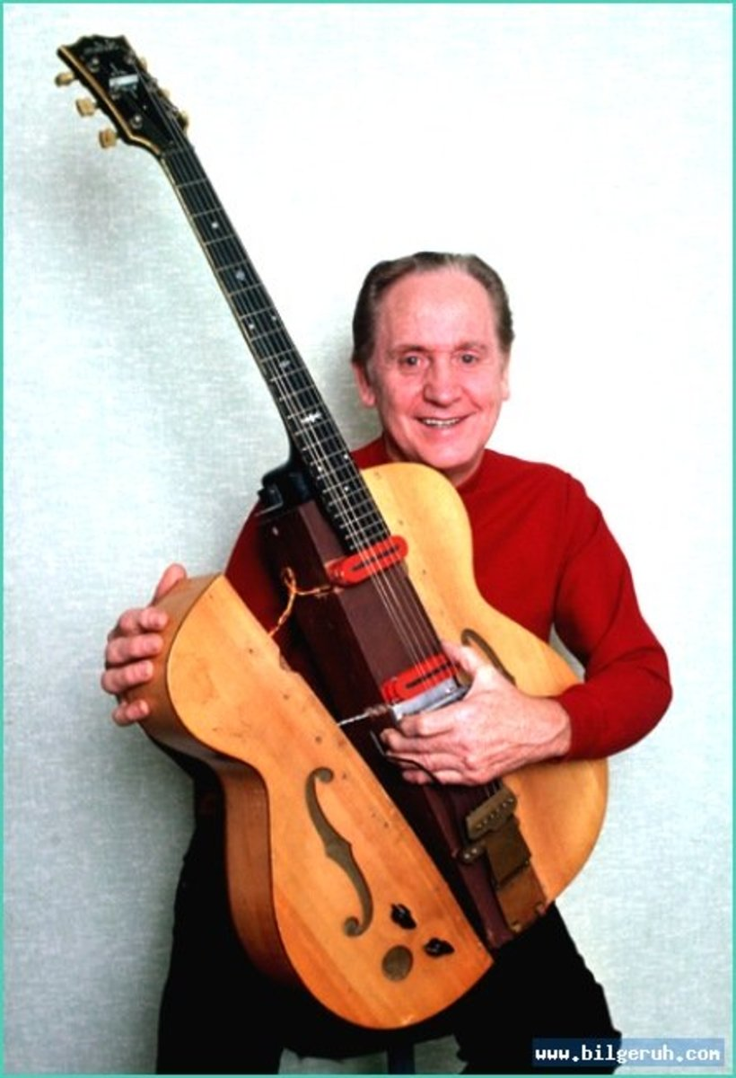 "This is Les Paul holding ""The Log"""