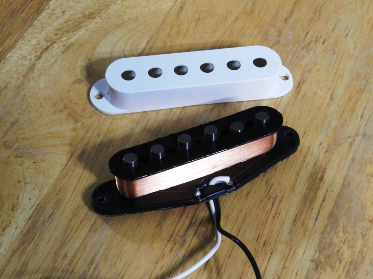 Single-coil electric guitar pickup with cover removed