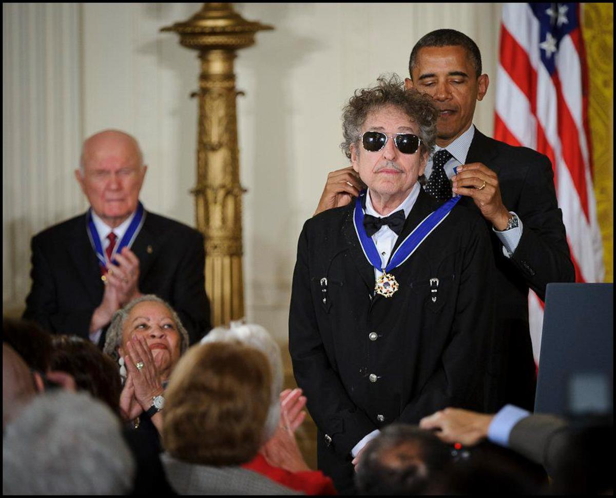 Bob Dylan looks relaxed while accepting the Medal of Freedom from President Obama