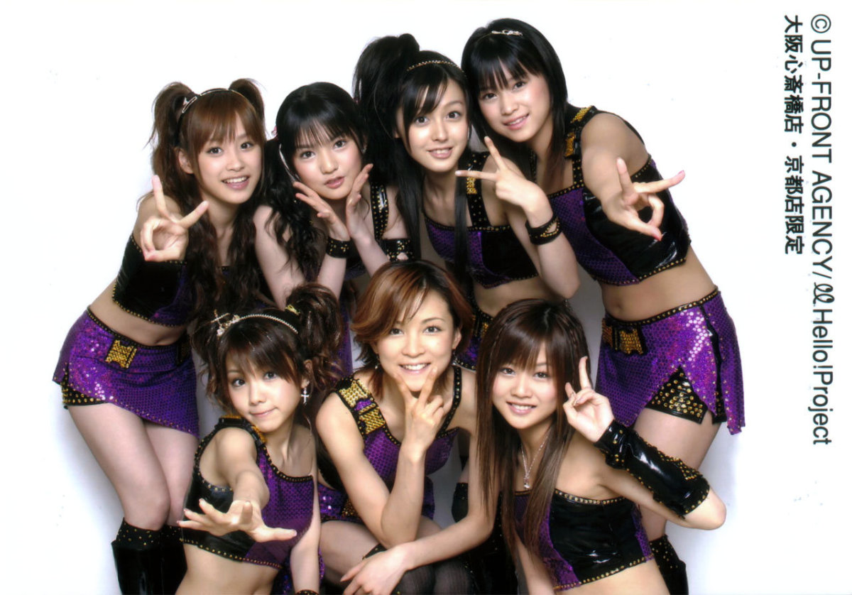 Hitomi Yoshizawa (center) is seen with Reina Tanaka (left) and Risa Niigaki (right) in this large group gathering of Morning Musume members.