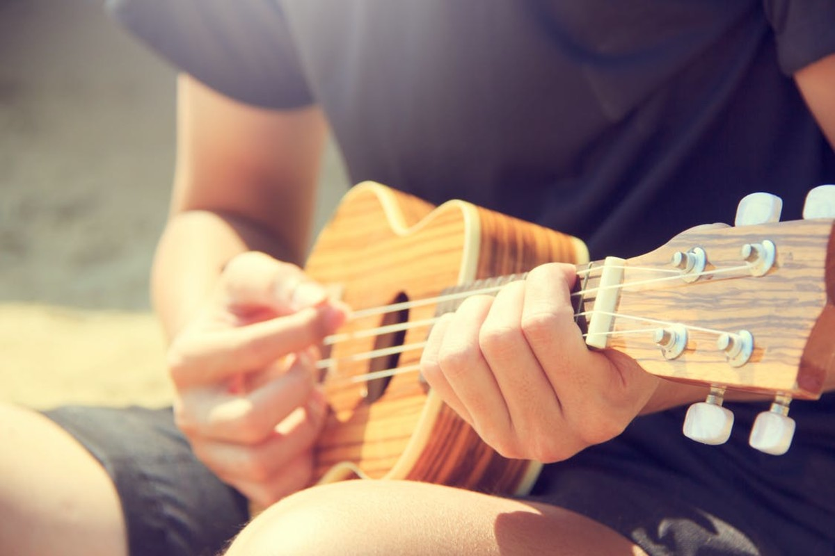 Be sure to hold your ukulele properly to avoid hurting your wrist or dropping the instrument.