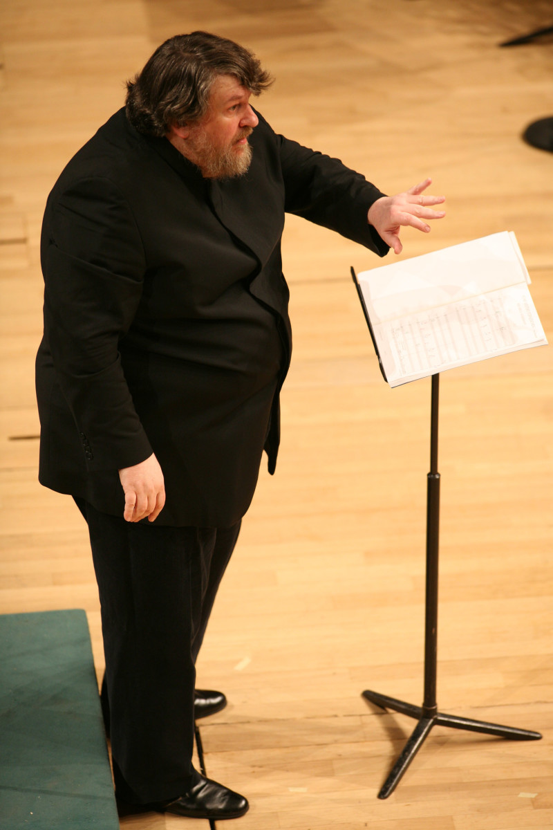 Oliver Knussen in 2008 conducting the Mozart Orchestra..