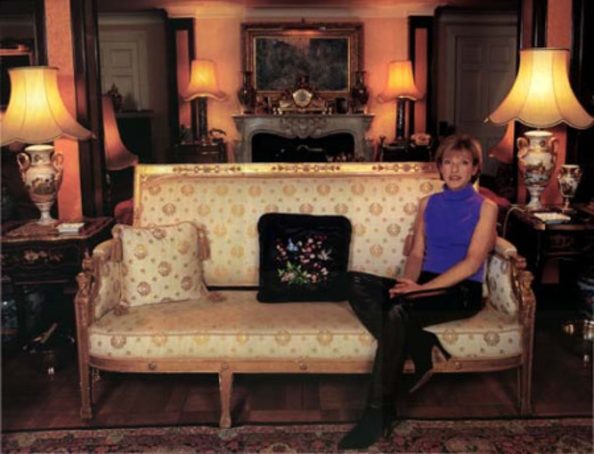 Mary in the drawing room of chez Freddie.