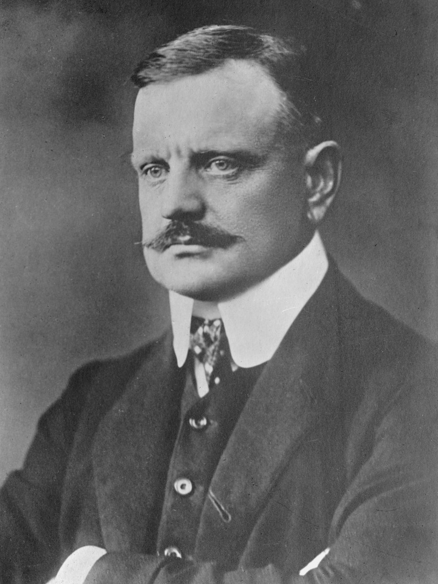 Photograph of Sibelius in 1913.