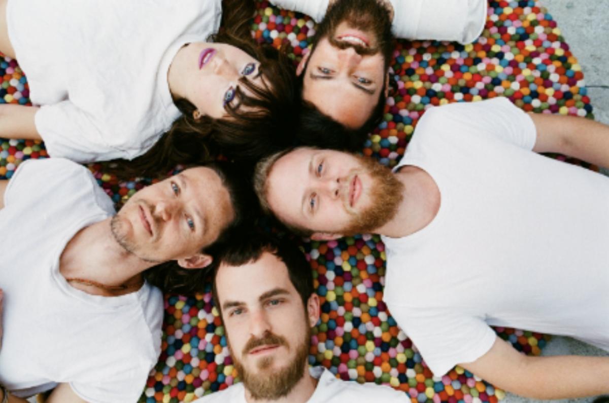 Amo Amo: Obligatory circular band shot