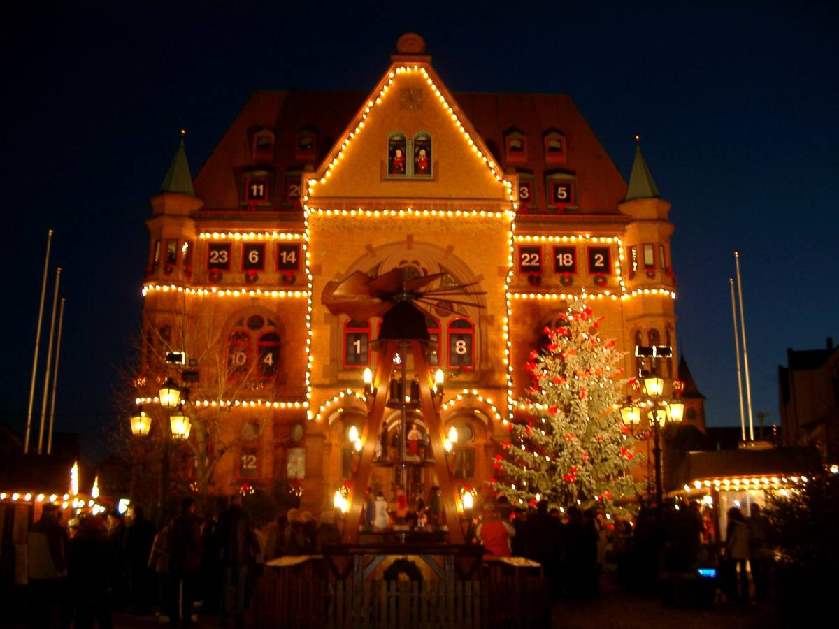 The town hall of Hunfeld in Germany becomes a giant Advent calendar when dates are put in each window.