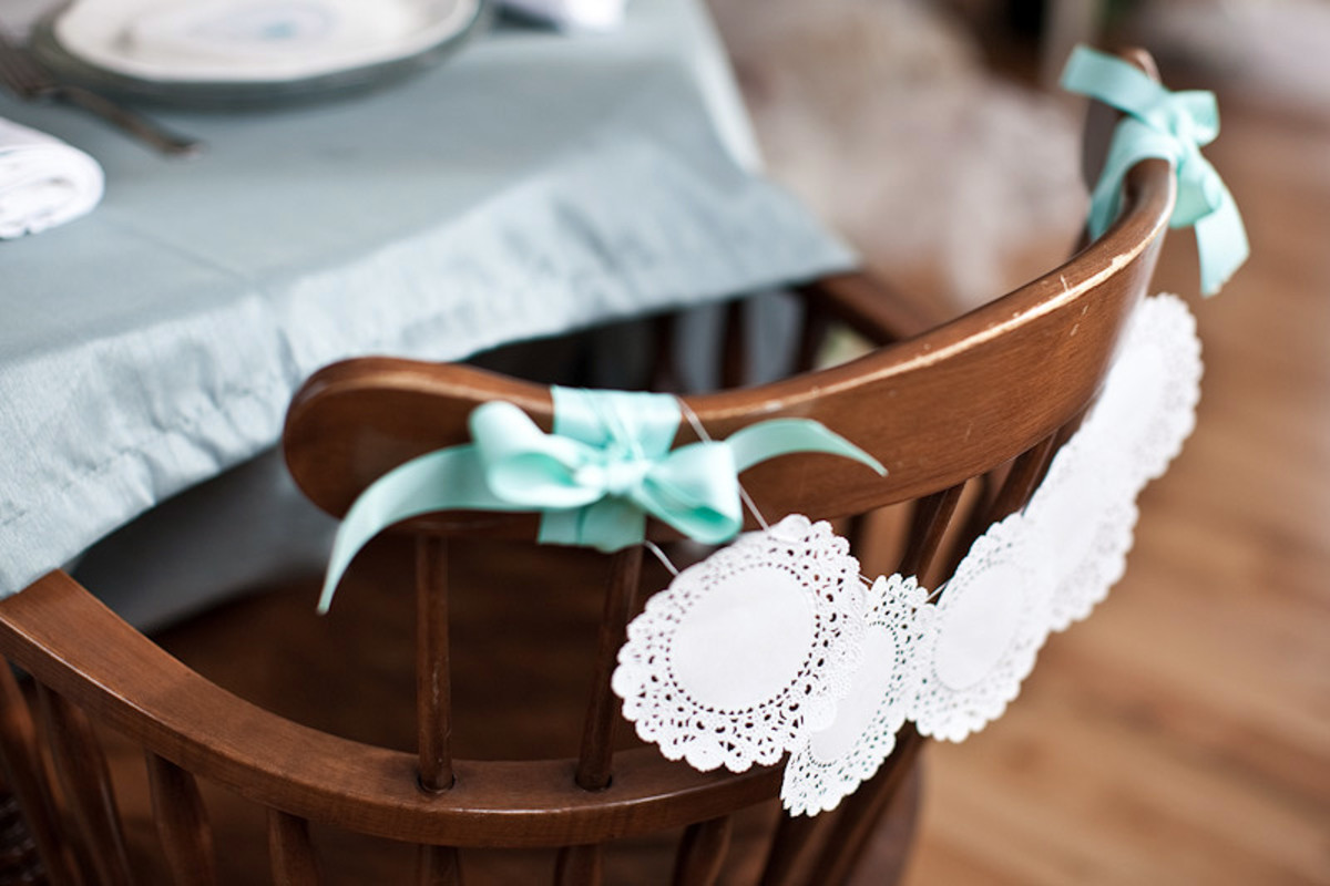 Обвяжите салфетки нежной бирюзовой лентой или органзой.  Стол можно...