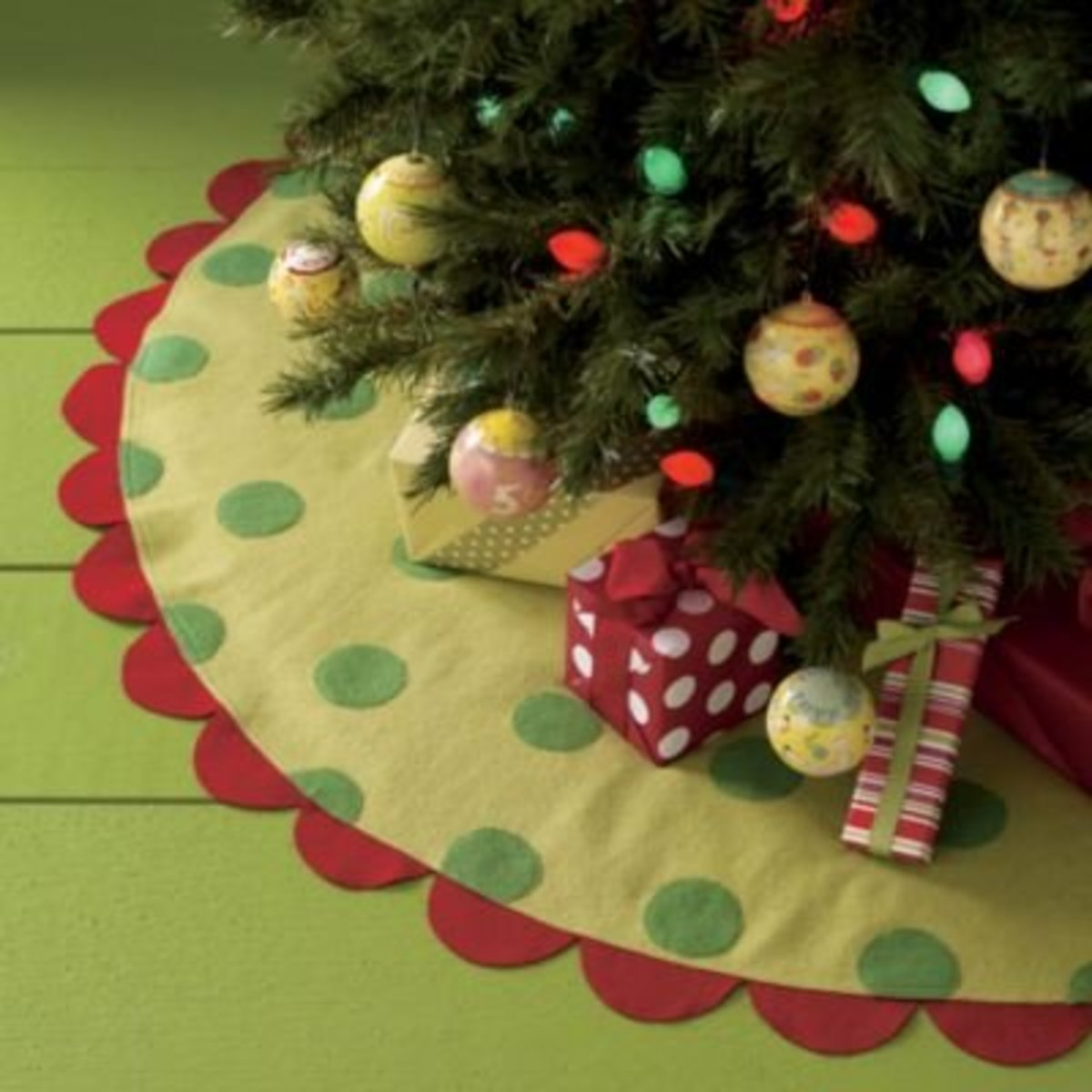 Beautiful Christmas Tree Skirts and Tutorials.