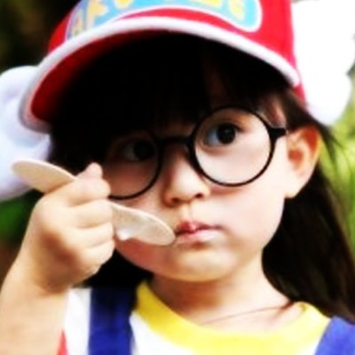 Arale-chan costumes can be homemade or purchased. Glasses and a winged hat are the main accessories.