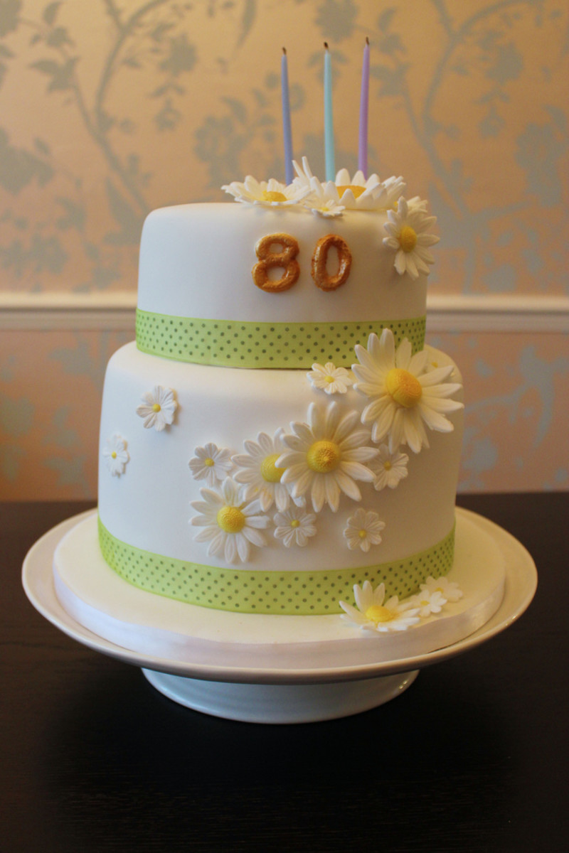 A daisy-themed cake for an 80-year-old.