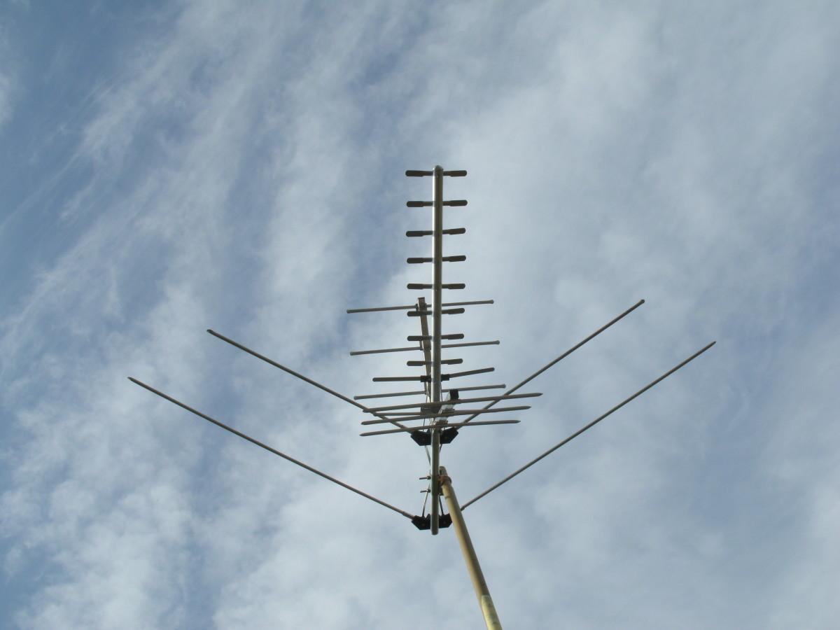 A Herringbone type log periodic antenna