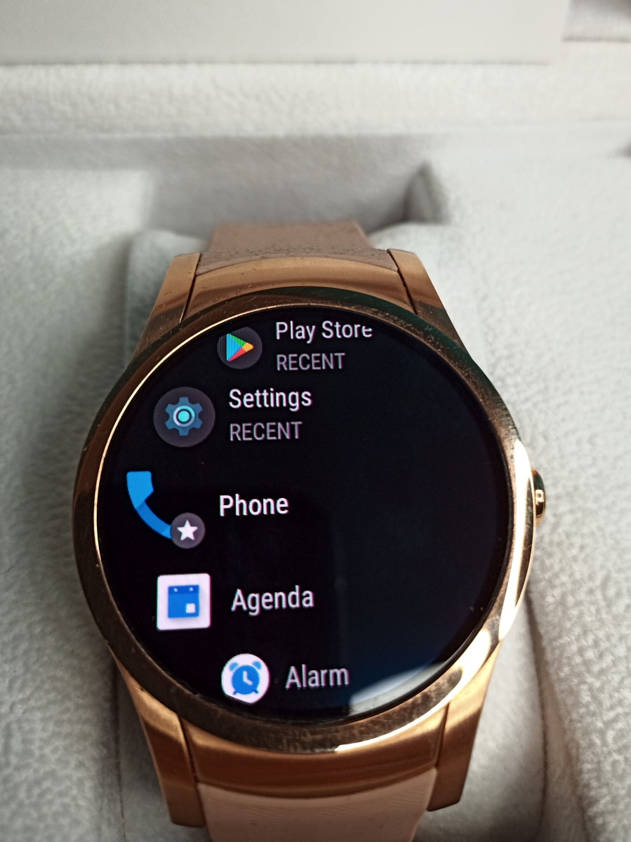 This watch face gives access to applications loaded on Wear24 smartwatch.