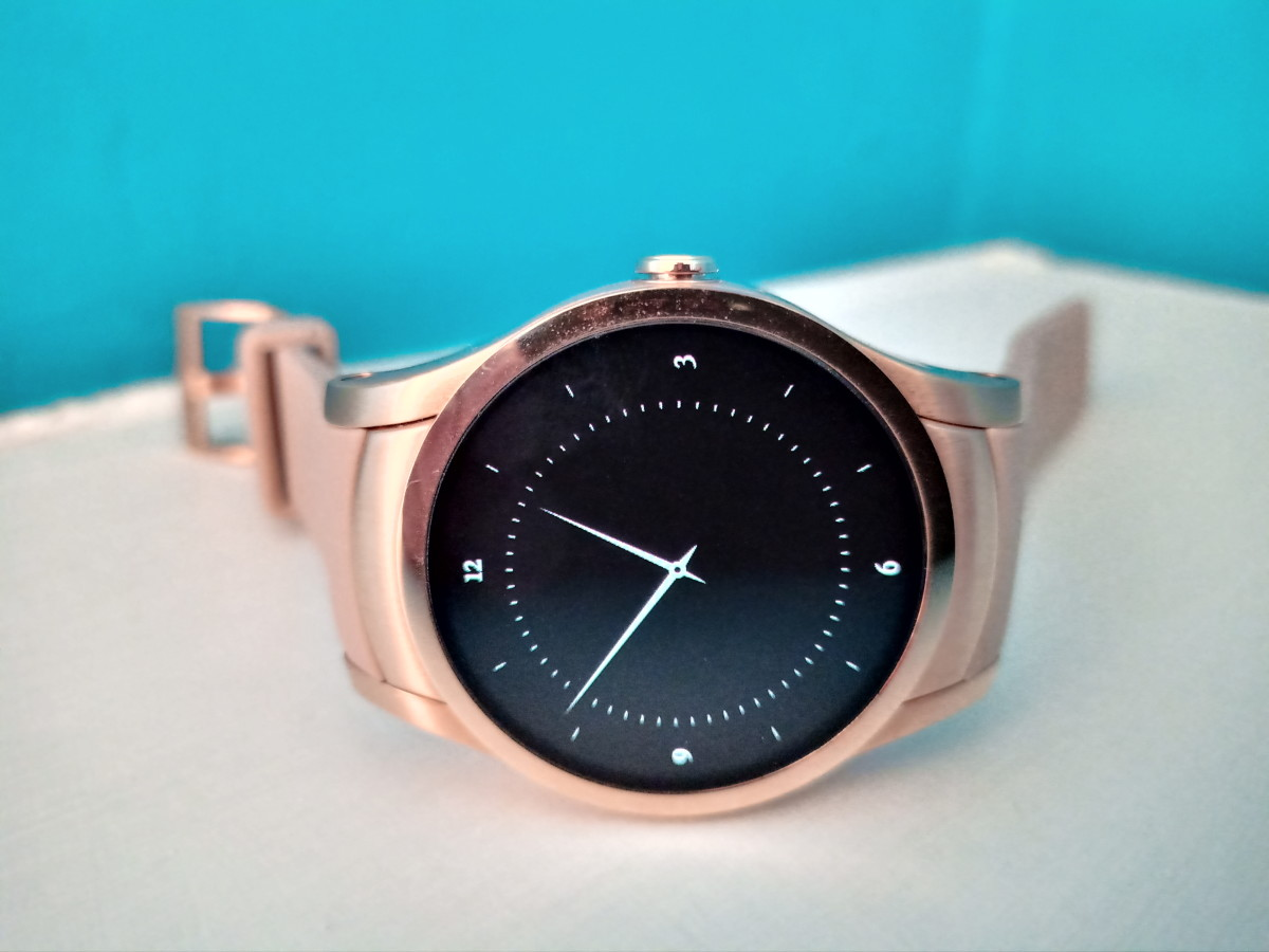 Original watch face of Wear24 smartwatch.  It dims after a few seconds to preserve battery power.