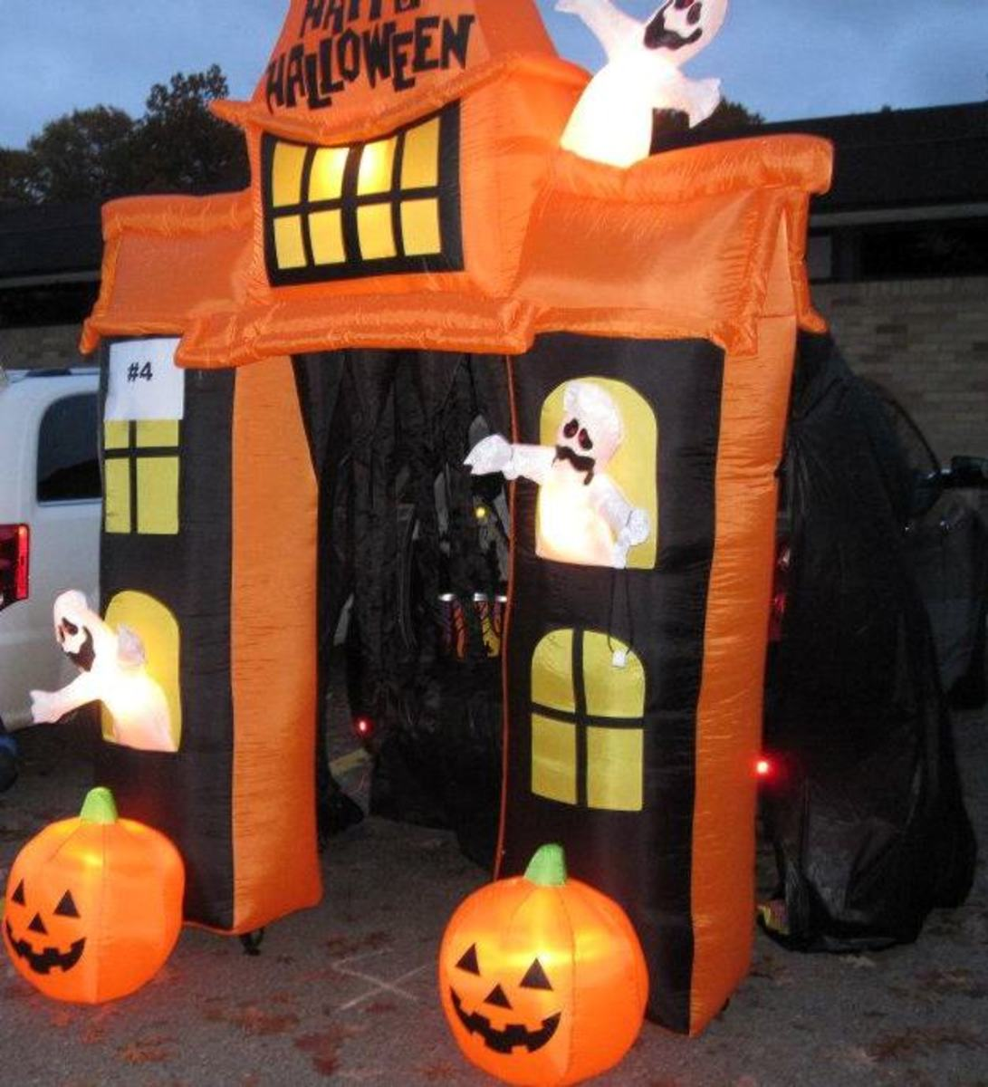 A Halloween blow-up haunted mansion archway placed in front of the trunk was the kids' favorite at this Trunk or Treat!