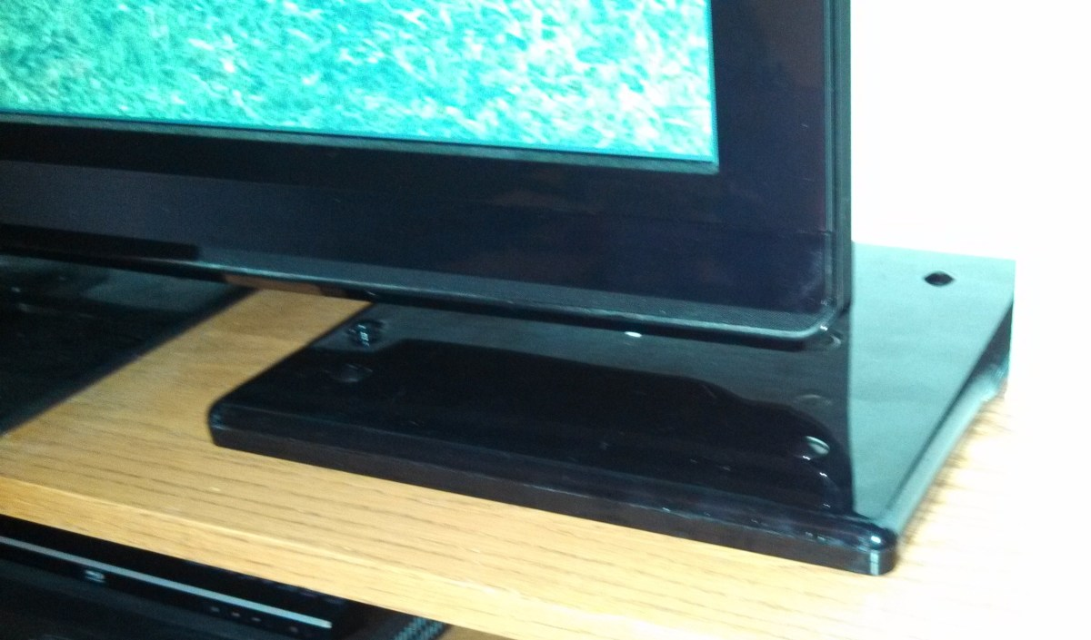 Installation of Indoor HDTV Antenna- Good Reception with Antenna Laying Flat Next to the TV