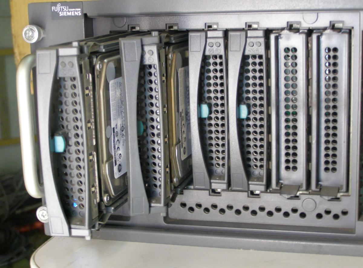 Hot swap disk drive bay in a server system