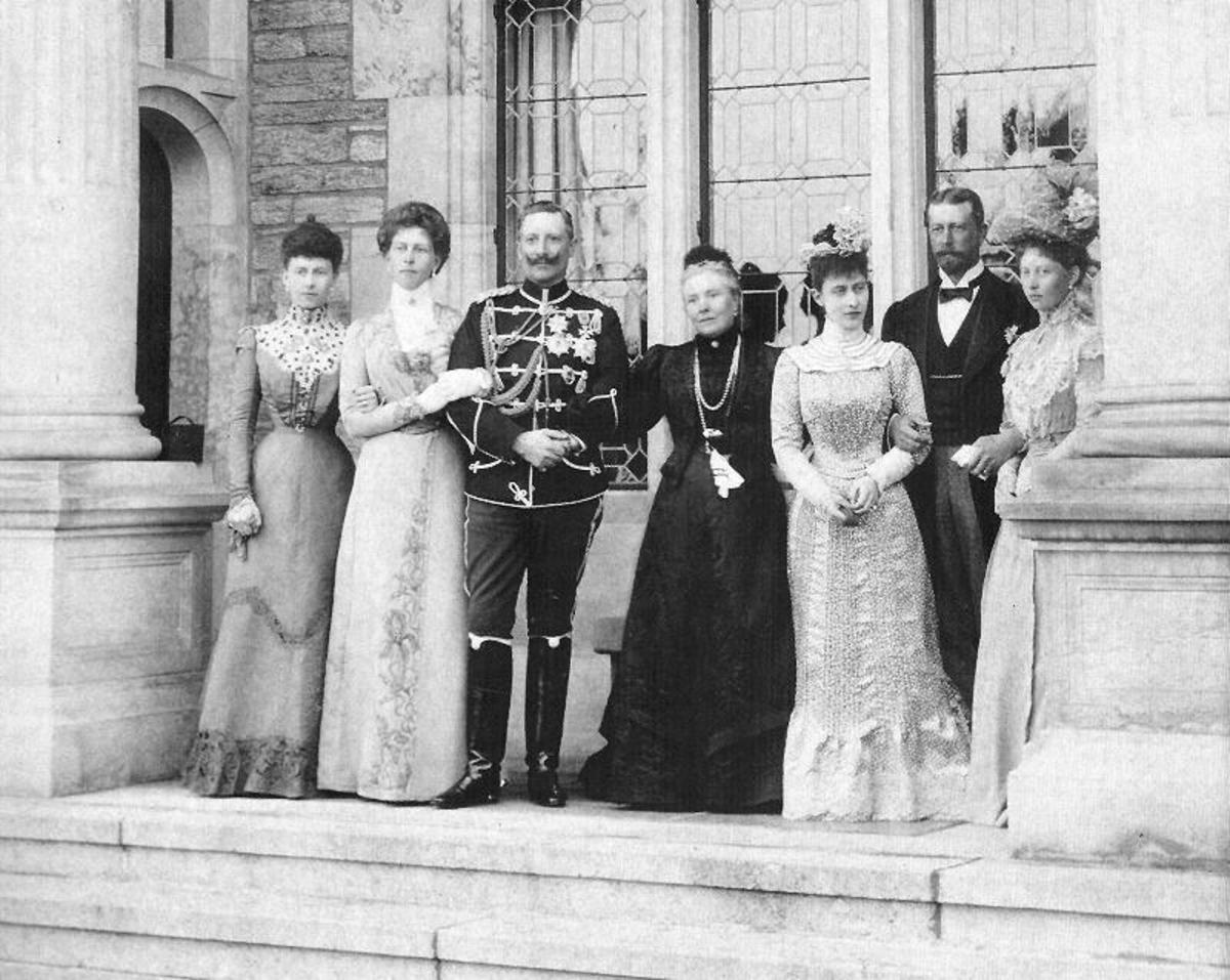 Victoria the Empress-widow of Germany and her children (from the left), in 1900: Princess Sofia, Princess Victoria, Kaiser Guillaume II, Empress-widow, Princess Charlotte, Prince Henry and Princess Margaret.