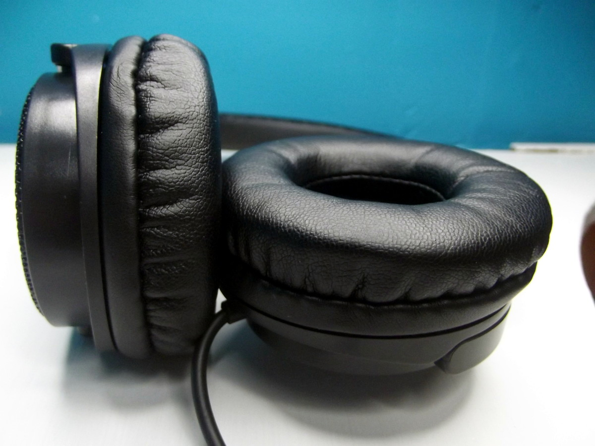 Earpieces of Vogek Lightweight Headphones include protein leather and memory foam.