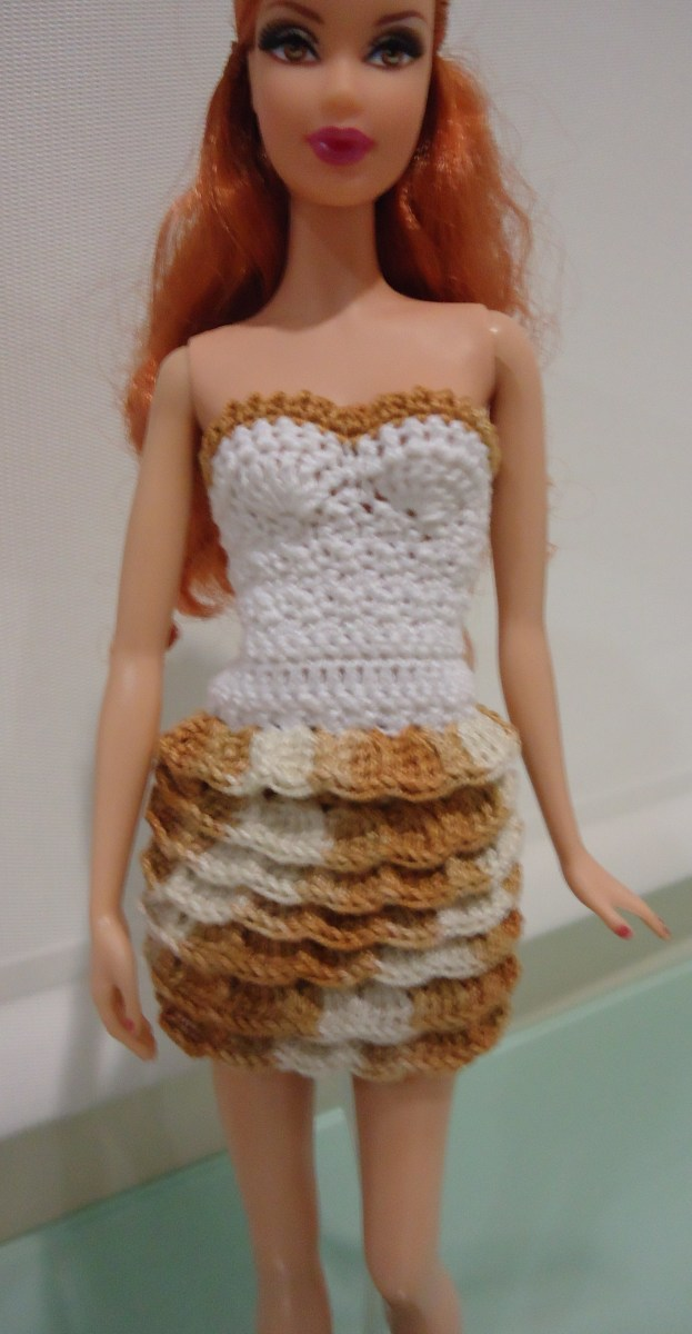 This is another outfit I made for Barbie. The pattern for this is found in the blog: Crochet for Barbie.