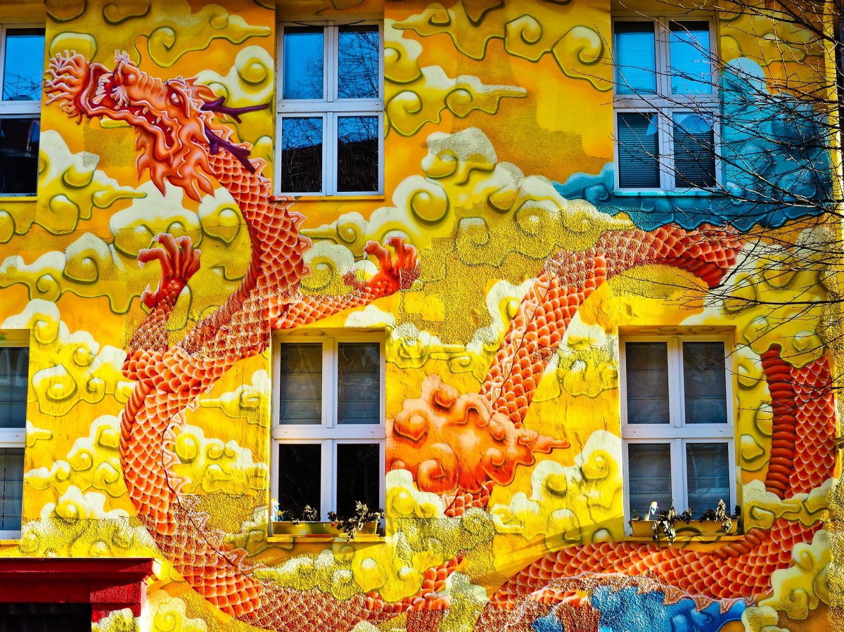 Public art can help beautify and energize a city. Image: Facade painting in Dusseldorf, Germany.